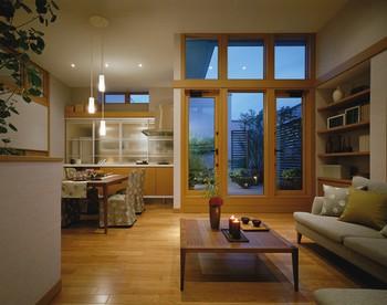 リビングからルーフバルコニーを眺める。ウォールルーバーで視線を遮られるためカーテンを開け放った暮らしができる。