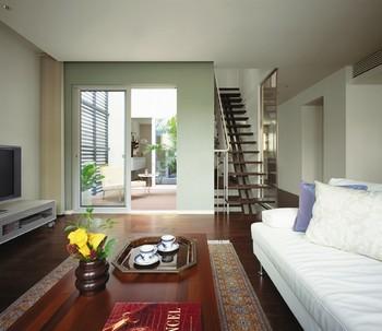 3階建タイプの2階リビングはスカイバルコニーと床段差なしでつながる。その向こうはダイニングルーム。