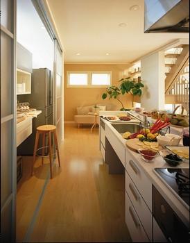 パブリックフロアを見渡せるキッチンには、キッチンクロゼットや趣味などに活用できる奥さまのマルチコーナーを採用。