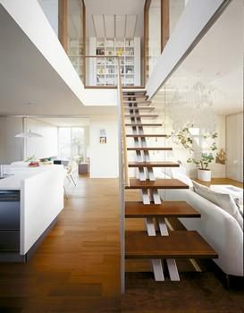 リビングとダイニングの間に「センター階段」を設定し、1階と2階を立体的につなぐ、大きな吹き抜け「センターヴォイド」をデザインした。出かけるときも帰ったときも、必ず「センター階段」を通るため、ご家族が自然に顔を合わせる機会が増える