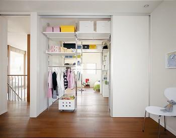 ふたつの子ども部屋と廊下から利用できる「ファミリークロゼット」を設けた。ご家族のモノをたっぷりしまえるゆとりの収納。将来はパーツや間仕切りをすべて取り払って、空間を広げたり、もうひと部屋設けたりすることもできる