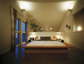 ご夫婦の主室は、2階の前室から0.5階高いスキップフロア設計とした。お隣より窓の位置が高く、採光と通風がたっぷり。プライバシーも確保しやすくなる