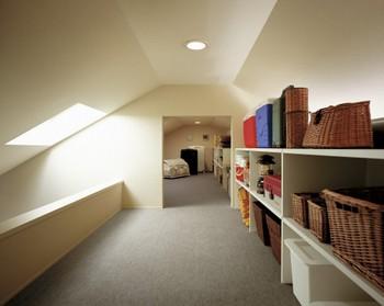 2階主室の天井は、屋根面に沿った勾配天井。通常はデッドスペースになりがちな小屋裏も居室の一部として利用した、天井の高い設計である。「小屋KURA」と空間的に連続させたことで、居室にさらなるゆとりが生まれている