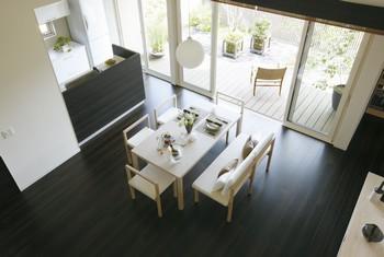 勾配天井により生まれる高さ約4.3mの吹き抜け空間は開放的。3間幅の掃き出し窓は庭とリビングとのつながりを深め、室内にゆとりをプラス
