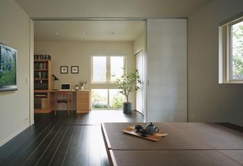 寝室には書斎など多目的に活用できるマルチスペースを併設。アルミ太鼓障子を閉めれば独立した空間に
