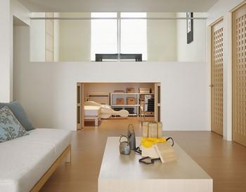 扉の蔵引戸収納を開けると、広々とした収納スペースが現れる。ソファーやテーブルをそのまま収納できるため、座のリビングにしたり、季節のイベントに合わせてインテリアを変えたり、自分のスタイルで使いこなすことができる