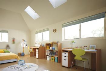 勾配天井とし、小屋裏スペースを2階居室に取り込めば、より広く感じる