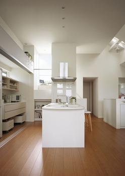 オープンキッチンの奥には大収納空間「蔵」があり、上部がスカイバルコニーになっている
