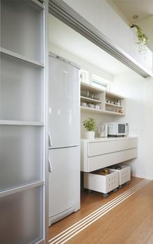 壁面全体を収納としたキッチンクロゼットはパントリーや調理カウンターとして使える。扉を閉めるとスッキリと隠せるためストレスがない