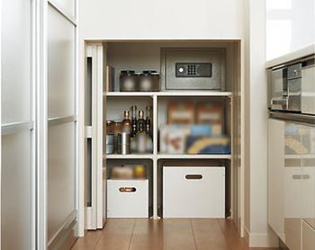 大収納空間「蔵」の一部はキッチン側からも使える設計で、可動収納を動かすと奥に金庫も設けてある