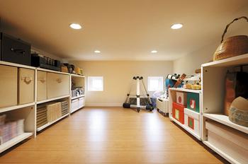 2階に設けられた大収納空間「蔵」。大きな家具や道具をしまっておける。「蔵」上部はスカイバルコニー
