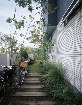 斜線対応力を活かし、最大限に敷地を活用したGENIUS Vikiair外観。通常は広く確保しにくい庭の代わりに建物脇のスペースを「サイドコート」として活用する提案も参考になる