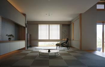 モノをできるだけ置かず、フレキシブルに使える空間が「床座リビング」。ハレの日の座敷として、大勢が集まる広間として、ごろ寝を楽しむ居間としてなど、今までにない暮らし方を楽しめる。お子さんの美意識を育てる場ともなる