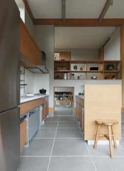 「蔵」と連動するキッチンは女性の目線で設計され、可動式収納などで使い勝手は申し分ない