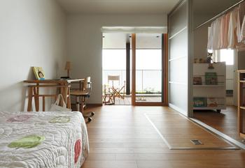 2階の子ども室には床面のハッチを開けて降りる新しいスタイルの「蔵」が採用されている。右手はファミリークロゼットで、奥の主寝室ともつながっている。親子で共用でき、コミュニケーションを深める