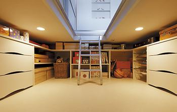 GENIUS「彩日の家」は「蔵」の新しい提案が必見。その一つが高さを抑えた「蔵」。十分な収納量を確保しながら建物の高さが抑えられ敷地対応力が向上。写真は、床ハッチを開けて上部から入る新しい「蔵」。空間活用の自在性が広がった