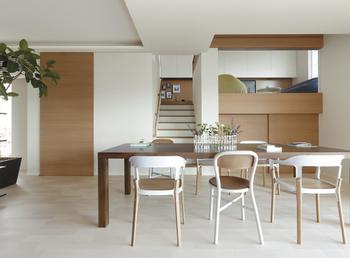 センターリビング設計で家族の絆を深める「オープンリビング」。右手の大収納空間「蔵」の上にあるのが「スキップリビング」。2.6mの高い天井や幅広緩勾配階段が採用されている