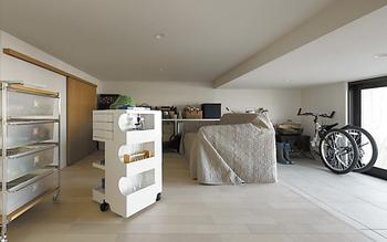 スッキリとした暮らしができる「蔵」。リビングと玄関、庭側の3方向から利用可
