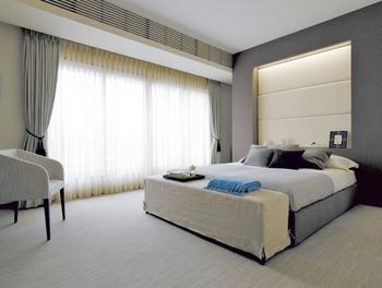 帰宅時間が遅くなった場合でも、就寝中のパートナーを起こさないよう、主寝室の天井には吸音材を採用するなど、快適配慮設計が施されている。書斎コーナーやニッチ収納も便利