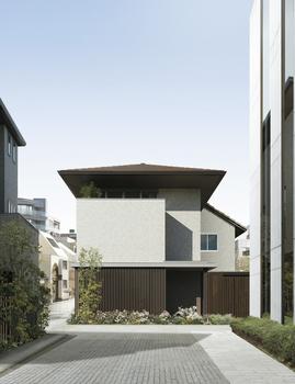 美しい街並みを造り出す、おおらかな寄棟屋根や深い軒の出が印象的。軒天は木目リブ形状。外装タイルが耐久性とメンテナンスコストを軽減