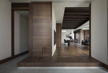 用途に応じて開閉できるルーバー間仕切りなど、暮らしの変化に合わせられる可変設計が特徴。2つの出入り口は、将来の二世帯同居でも便利