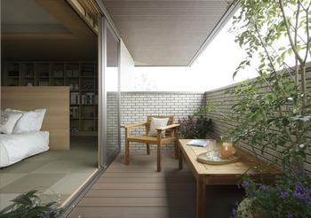 GENIUS「UD」は最大2mの軒下空間が特徴。深い軒が造り出す半戸外空間は、視線を気にすることなく寛ぎの時間を満喫できる