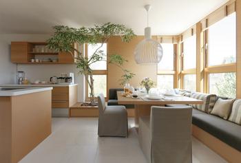 限られた敷地を有効活用し、二世帯・三世代が広々暮らせる住まいをデザイン。構造強度に優れた二世帯・三世代住宅 GENIUS UDは、タテの広がりを生かす2.5階4層建の変化に富んだスキップフロアを提案。親世帯と子世帯が共に過ごすLDKや共有スペースも広く設計されている