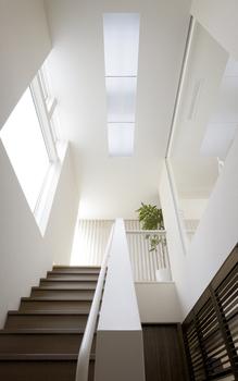制約の多い敷地条件でも、トップライトから光を確保し、階下の居室を明るく照らしだす