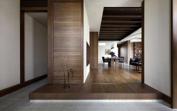 玄関など限りある空間を二世帯が仲良く上手に共有することで、広くゆったりと暮らせる。毎日使用する空間のため、気持ちのうえでも、ゆとりを持つことができる