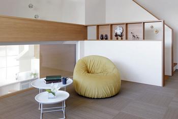 「蔵」上部の多目的空間は家族が好きに使える場であり、二世帯がほどよくつながる設計