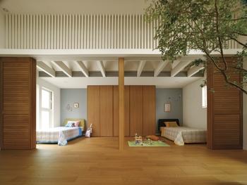 子ども室は、寝る空間と学ぶ空間を分ける「寝学分離設計」が特徴。壁ではなく、ルーバー間仕切りで自由に仕切ることができるのも特色で、普段は開放してオープンにリビングとつながる