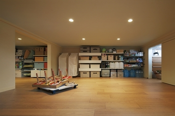 子どもの成長に伴って増えてくる道具や荷物を難なく収納する大収納空間「蔵」。リビングのほか、キッチンともつながる