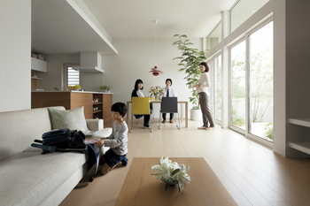 いつも暮らす場所は、ゆとりあるカタチに。約3mの高天井と天井高までのハイサッシで、同じ床面積でもより開放感のある空間に。LDKはL型に配置することで奥行きを持たせたゾーニング。居心地のよい空間を生み出している