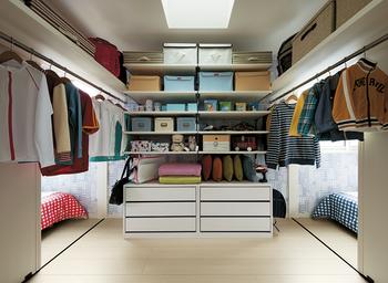 生活の中心となる1階には、動線上に壁の厚みや階段の下のデッドスペースを活用した生活収納。一方で、プライベートフロアとなる2階にはファミリークローゼットや大収納空間「蔵」など、沢山格納できる集中収納を用意