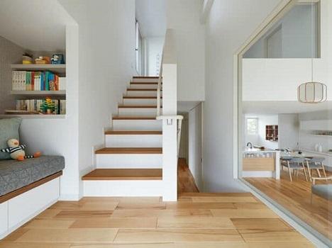 <階段ライブラリー>「Familink ZERO」には、もうひとつ、ほかの住まいにはない魅力的な空間がありる。ふと立ち寄って読書したり、籠って趣味に熱中したり、自由に利用できる「階段ライブラリー」だ。1階リンクホールの明かり窓から様子がわかり、2階にも近いため、「階段ライブラリー」ではご家族とつながったまま、ひとりの時間を楽しむことができる