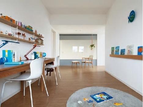 <ファミリールーム>2階は、ご夫婦の主室+子ども部屋に加えて、ライフスタイルに合わせて活用できるスペースに。ご家族だけで過ごすファミリールーム、勉強や仕事に利用するライブラリーなど使い方は自由。オープンな設計だから吹き抜けを介して1階ともつながりる。将来お子さまが成長したら、もう1つのプライベートルームに変更可能