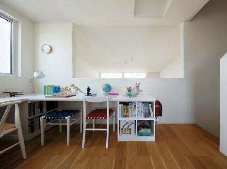<学び空間>リビングと子ども部屋をスキップフロアでつなぐことで2つの空間を明確に分けるとともに、コミュニケーションを円滑にするため、子ども部屋の前に親子で学べる空間「ホームコモンズ」を設置