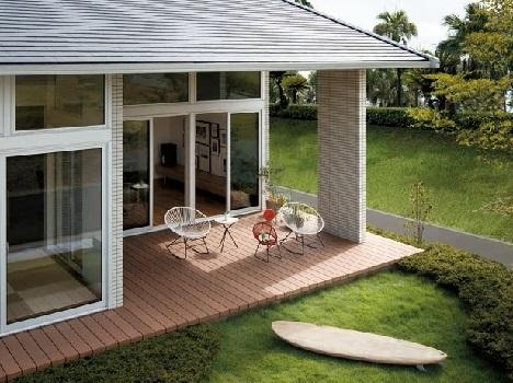 <軒下空間>かつて日本の伝統的家屋には、縁側や土間などのように内でも外でもある空間があった。そこは日向ぼっこを楽しんだり、手作業をしたり、近隣の方々と会話を楽しんだりする場。この良さを現代の暮らしに合わせて設計したのが「Granlink HIRAYA」の「リンクテラス」