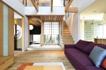 構造材にもこだわる同住宅研究会。柱と土台には国産桧を、梁はフィンランド産のレッドウッドを日本で加工した「赤王者梁」を使用。木の強さを最大限発揮させる地震に強い金物で接合しているほか、建物の揺れを抑える減震摩擦ブレーキの標準仕様化、美しい空気環境と吹き抜け大空間でも省エネ性を実現する換気システムなど、住む人の幸せを真に追求している