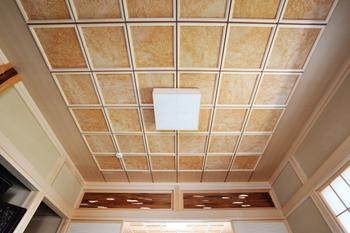 見上げた人が驚く日本古来の伝統を生かした格調高い格子天井
