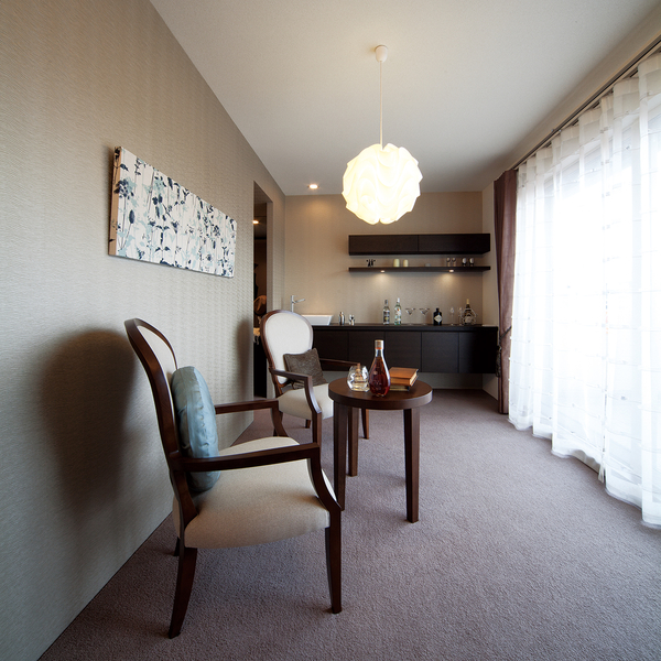 ドマーニの室内は、優れた遮音性能による静寂さとともに、四季を通して、過ごしやすい温度ときれいな気空気で満たされた上質な環境。さわやかな朝、くつろぎの夜を演出します