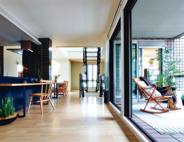 気持ちよく陽が差し込む、3階のリビングルーム。周囲に邪魔されることなく光や眺望が楽しめるから、リラクゼーション効果も得られる、心地よい空間です