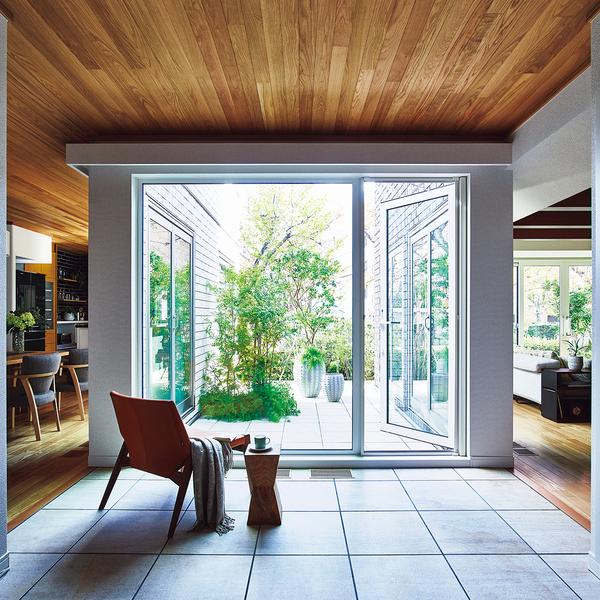 大きくのびた庇に、風が吹き抜けるテラス空間。パルフェの美しさを形づくるそのデザインは、「性能」とも深く関係します。広がる屋根には、ソーラーパネルを効率よく搭載できるメリットが。ユニットによる構造の特性と強さがあるからこそ、テラス空間や思い切った開口プランが可能になります