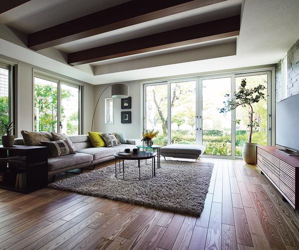 タテにもヨコにも広がる大空間の中で、どこに居ても心地よい。それは、つねに家じゅうが快適な温度と空気に包まれているから。吹き抜けの下での食事も、広々リビングでの団らんも、そして廊下にいる時でさえも。パルフェはどんなひと時も気持ち良く彩ってくれます