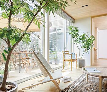 L型配置にした南面の大開口は、まるで室内と庭が一体化したような開放感を与えてくれる