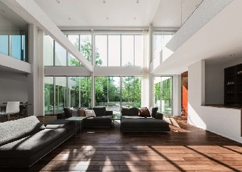 2層の空間をつなげ、縦に広々としたリビング・ダイニングは、床面積以上のゆとり感を生み出してくる。また3層となることで横方向へのゆとりも広がる。さらにこの快適さを、味わいある木の質感がいっそう高めてくれる。住友林業の設計力とこだわりが隅々まで生きた空間だ