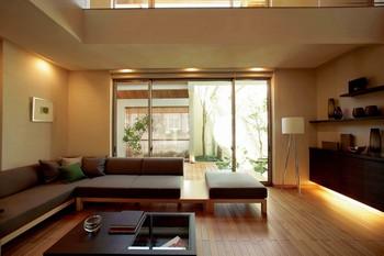 日本人が慣れ親しんだ床座に近いフローリングを提案。障子や木製のスクリーンを利用したり、畳などを使って新しい和のリビングを演出。モダンさのなかにも、居心地のいいくつろぎの空間を実現した