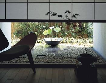 地窓が、絵のように庭を切り取る
