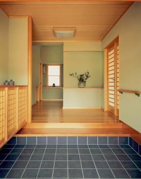 もう一つ、玄関の例。玄関は「入る」のではなく、上がっていただく。だからこそ玄関は土間と床に分かれている。つまりは来訪者に敬意と感謝を示す、おもてなしの心の顕れだ。大事なお客様をお迎えする空間を、「和楽 雅」では自在な設計(サイズや収納の位置など)と多彩な意匠(デザイン)で実現している
