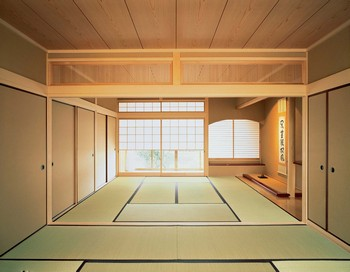 あるときは客間となり、また襖を開け放てば、ときに続き間にもなる和室。合理性に富んだこの様式は、日本を飛び出して世界の建築有識者の間でも評判が高いという。また床の間や書院、欄間や天井、さらには襖や障子といった多彩な仕掛けは、日々の暮らしをさり気なく豊かに彩っている